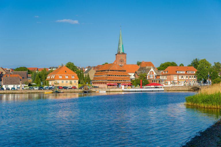 Das Binnenwasser und die Altstadt von Neustadt an der Ostsee, Firmensitz der Franke-Hausverwaltung